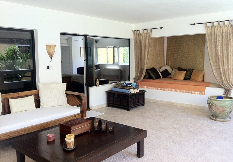 3BD Oceanfront Condo with Sea Views, Pool, on Sandy Beach!, holiday rental in Perla Marina