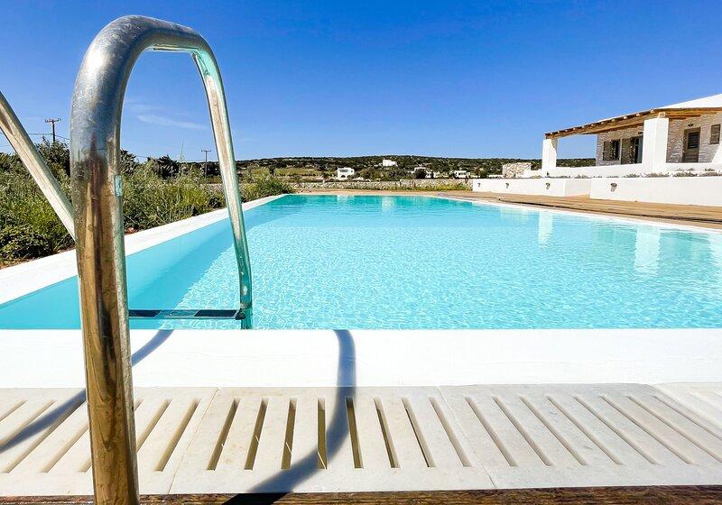 Beachside and Poolside Luxury at Villa Levanda, alquiler de vacaciones en Aliki