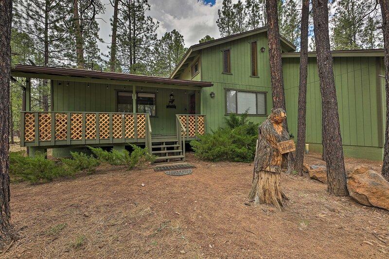 NEW! Pinetop Lakes Country Club Retreat w/ Porch, alquiler vacacional en Vernon