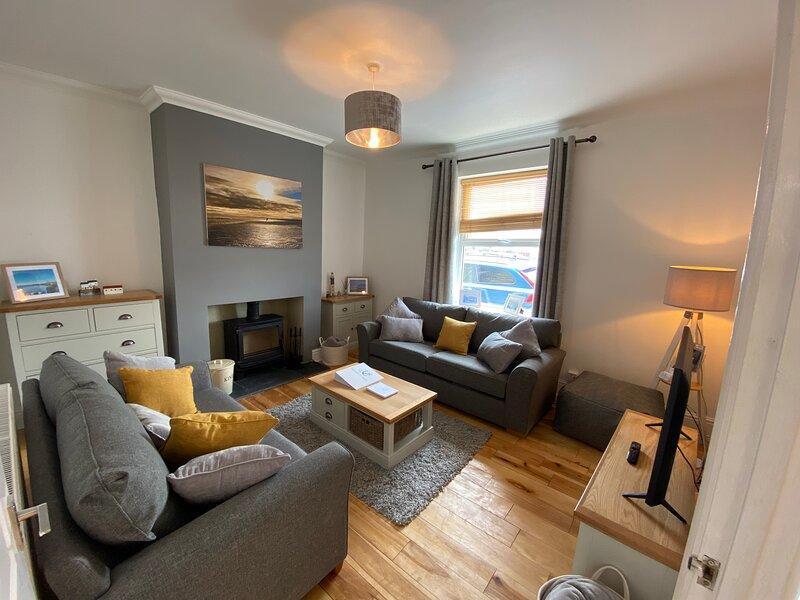 Dexters Den - renovated 3 bedroom cottage, sea views, sleeps 6-8, location de vacances à Amble