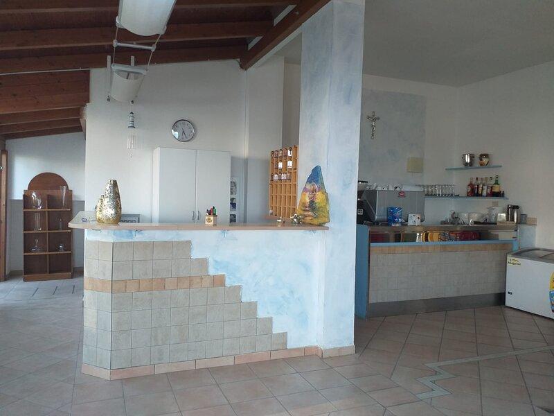 Spaziosa camera doppia a due passi dal mare, holiday rental in Pineto