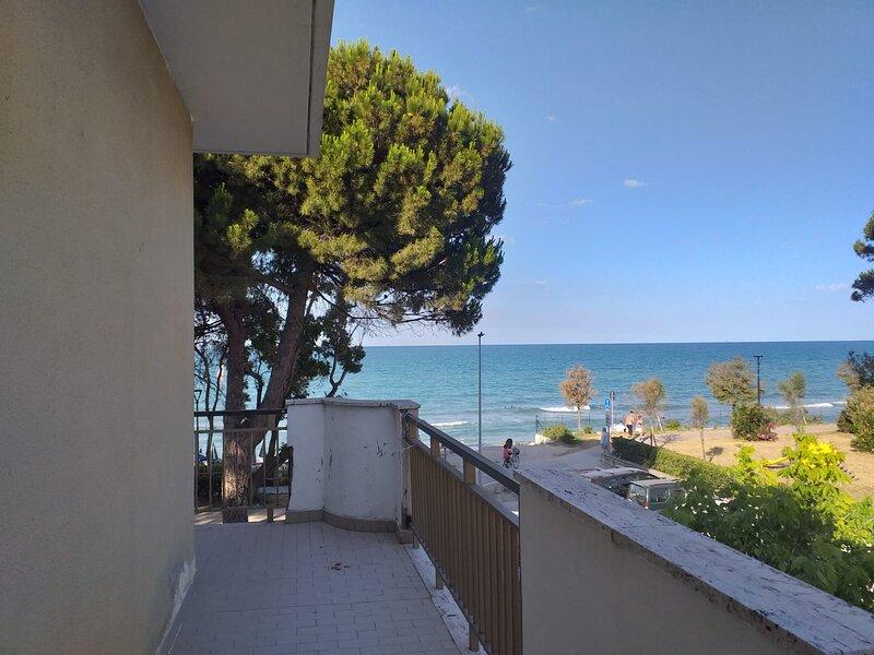 Camera quadrupla a due passi dal mare - Ideale per una vacanza in pieno relax, holiday rental in Pineto