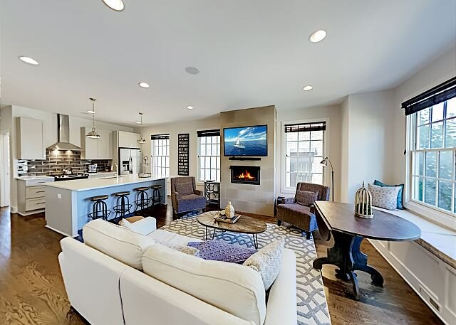 Stylish New-Build | Rooftop with Skyline Views | Near The Gulch & Music Row, holiday rental in Nashville