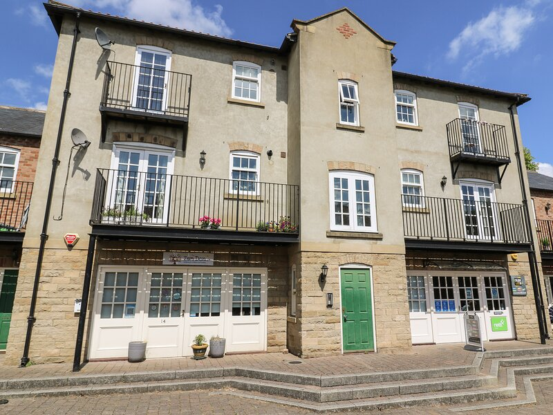 14B CANAL WHARF, second floor apartment, canal views, many attractions close, holiday rental in Markington