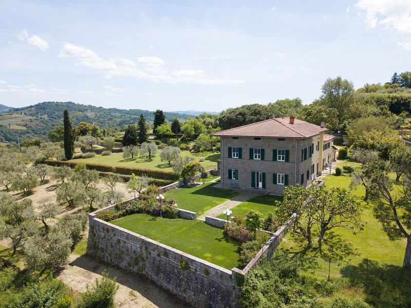 Villa Colomba - Historic villa with pool and panoramic view over Florence and it, aluguéis de temporada em Malmantile
