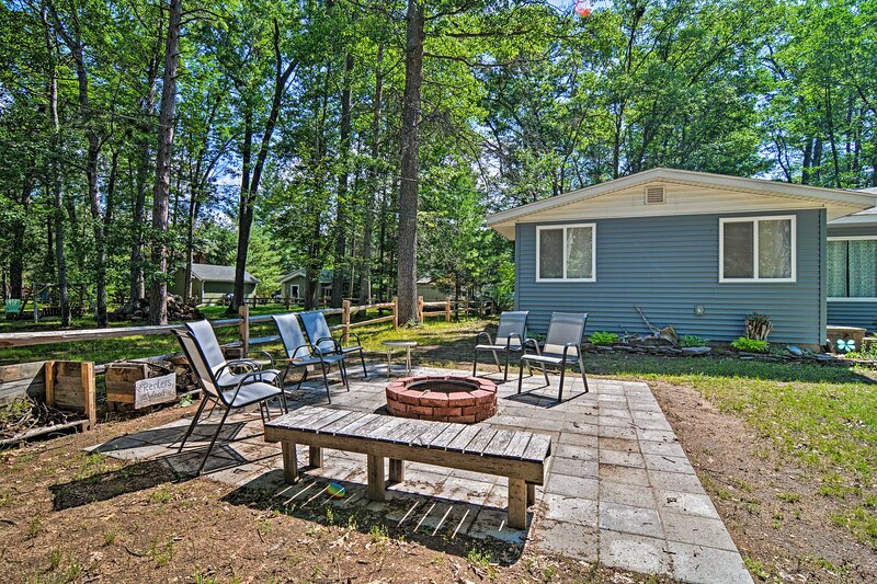 4- Season Home w/ Fire Pit, Walk to Higgins Lake!, holiday rental in Prudenville