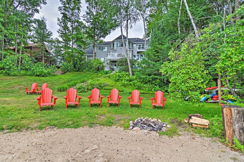 NEW! Luxe Long Lake Escape w/ Hot Tub & Fire Pit!, holiday rental in Lake Ann