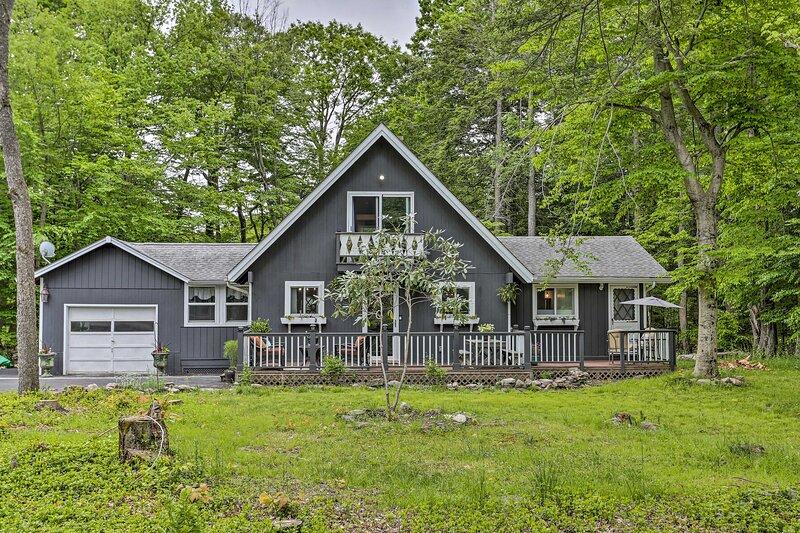 NEW! Chic, Pet-Friendly Cottage w/ Deck + Fire Pit, casa vacanza a Mount Pocono