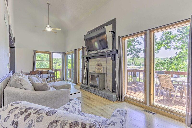 NEW! Stylish Eldon Home w/ Grill: 1 Mile to Lake!, holiday rental in Eldon