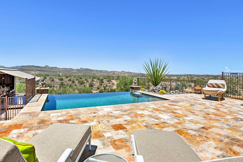 NEW! Luxury Phoenix Home with Bar & Outdoor Oasis!, holiday rental in Wickenburg