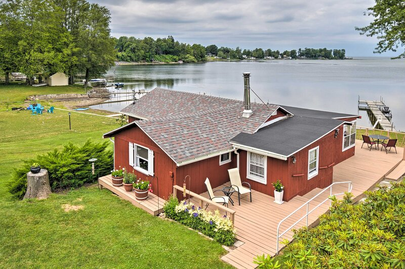 Blind Sodus Bay Family Cottage on the Waterfront!, vakantiewoning in Sodus