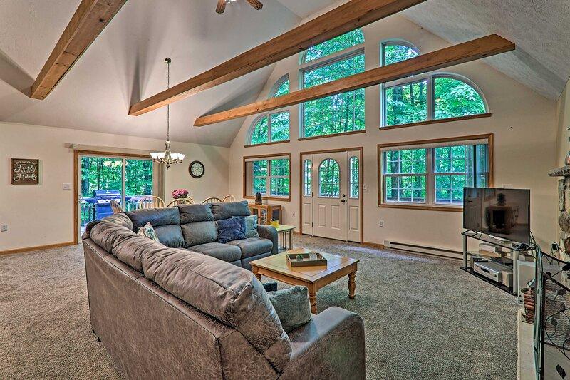 Family Home w/ Spacious Deck in Arrowhead Lake!, location de vacances à Thornhurst