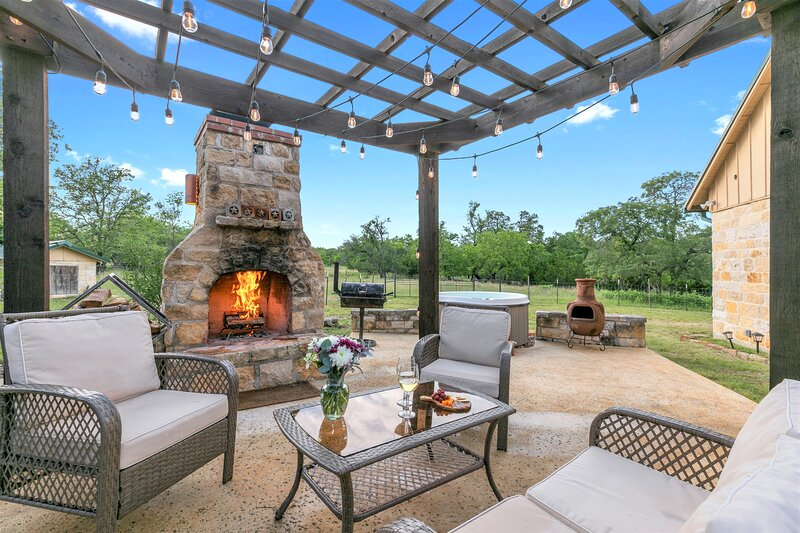 New! Luxury Home with Fire Pit & Hill Country Views, vacation rental in Comfort