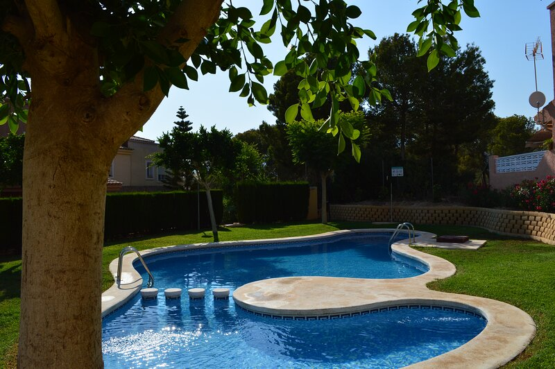 Albir, Lovely Sunny Corner House With Communal Pool, holiday rental in Colonia Escandinavia