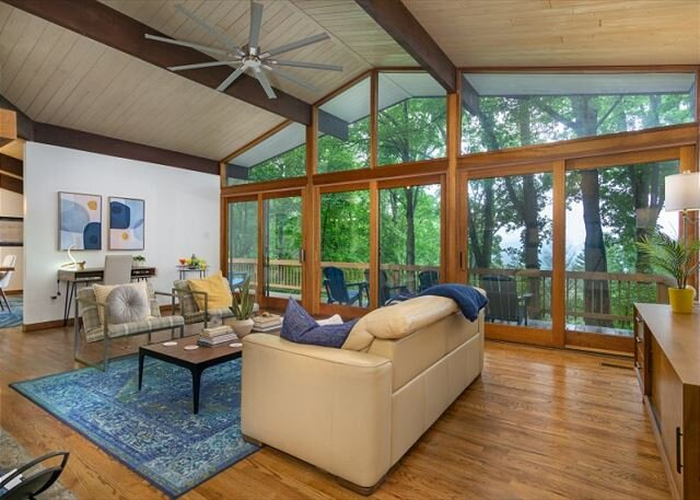 Retro Metro Deck House | Mid-Century Modern Gem with Spectacular Views!, holiday rental in Fairview