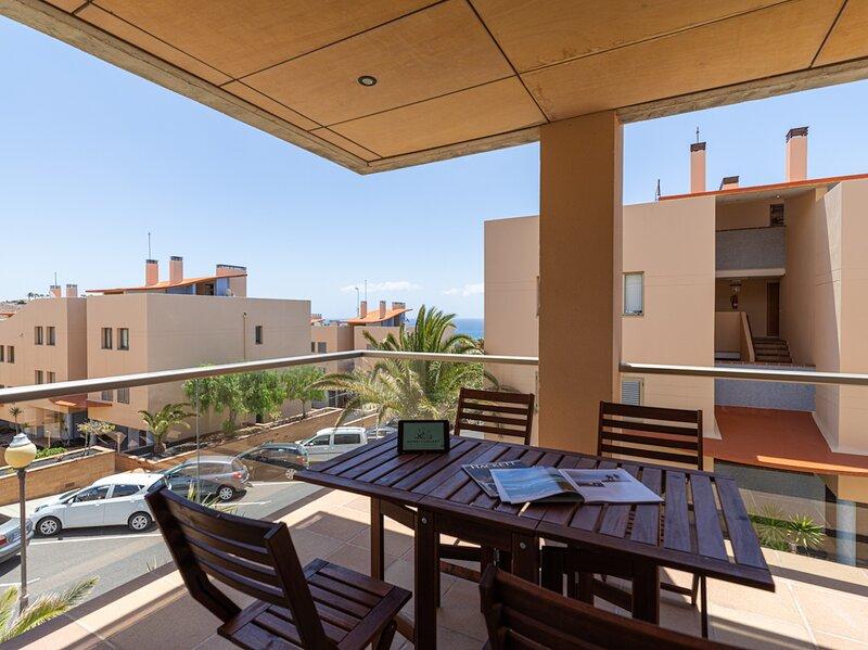 Apartamento con terraza y piscina a 500m Playa de Esquinzo, holiday rental in Esquinzo