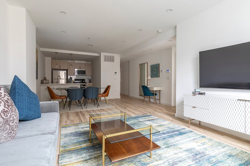 Stylish 3BR Retreat w Private Deck Near NYC, holiday rental in Fort Hancock