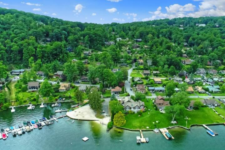 Lake House! Fall Foliage, Private Beach on Candlewood Lake, New Construction Bea, holiday rental in South Salem