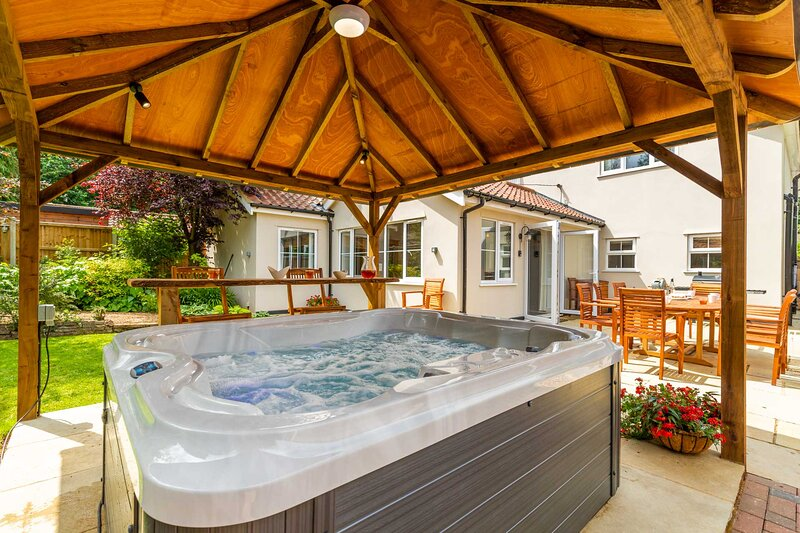 Woodside House | Luxury Family Home with Large Garden and Hot Tub!, casa vacanza a Costessey