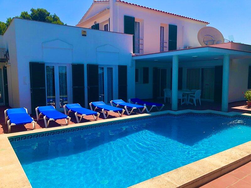Spacious Villa with private pool, garden, wifi, air con, superb location., alquiler de vacaciones en Mahón