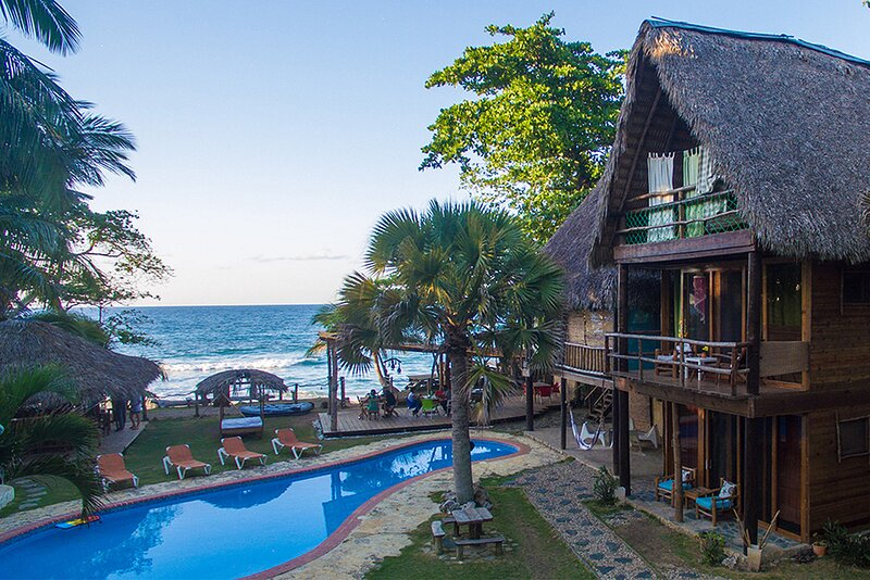 Groundfloor condo on sandy beach, pool/AC/TV/restaurant, perfect for seniors, holiday rental in Perla Marina