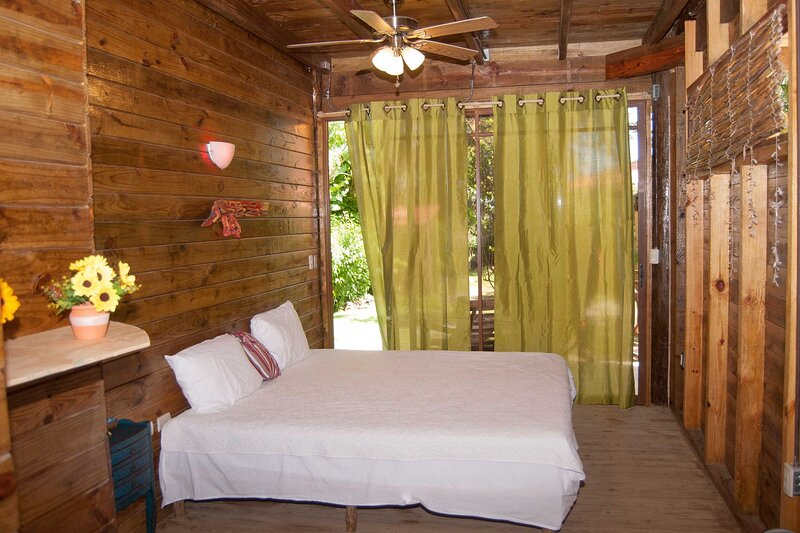 Hotel room in authentic wooden residence on sandy beach, pool/jacuzzi/Wifi, holiday rental in Perla Marina