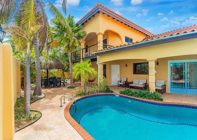 Tuscan Key West style Villa Lots of character Tropical Garden, alquiler de vacaciones en Malmok Beach