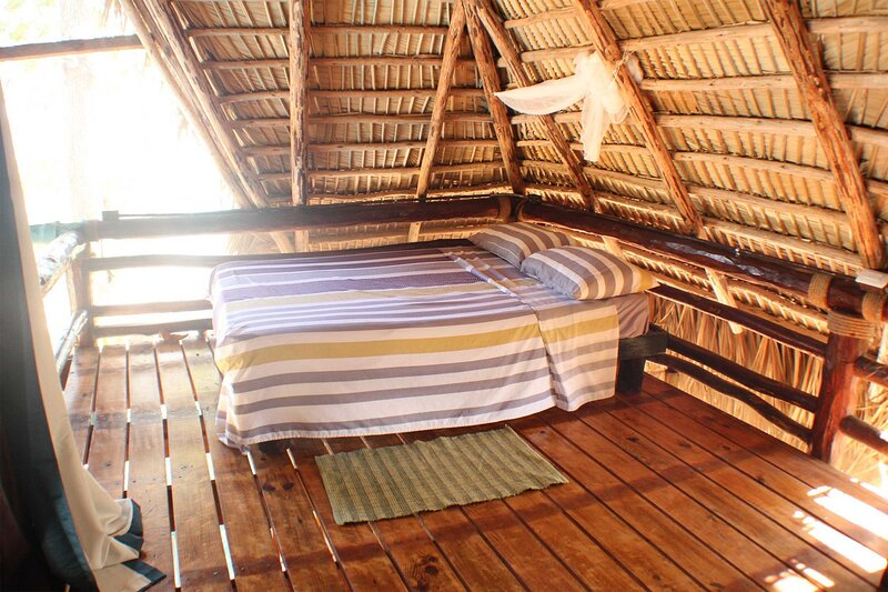 2-floor treehouse with sea views right on a sandy beach!, holiday rental in Perla Marina