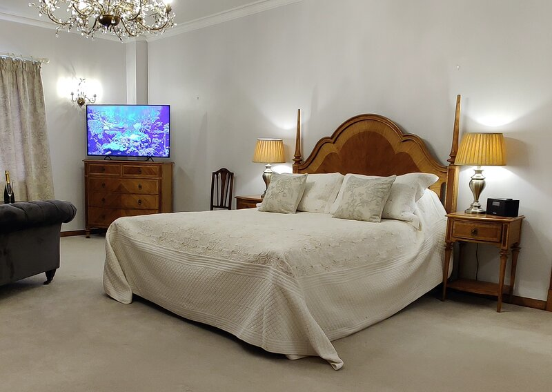 Heddon Master Bedroom within Bossington Hall Luxury Bed and Breakfast, alquiler vacacional en Holnicote