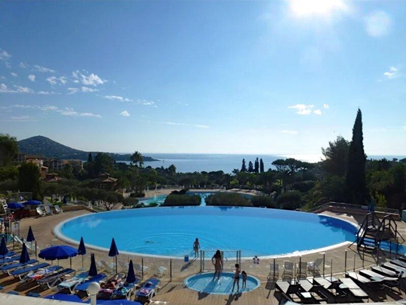 Rez de jardin vu mer pour 6 personnes, holiday rental in Le Dramont