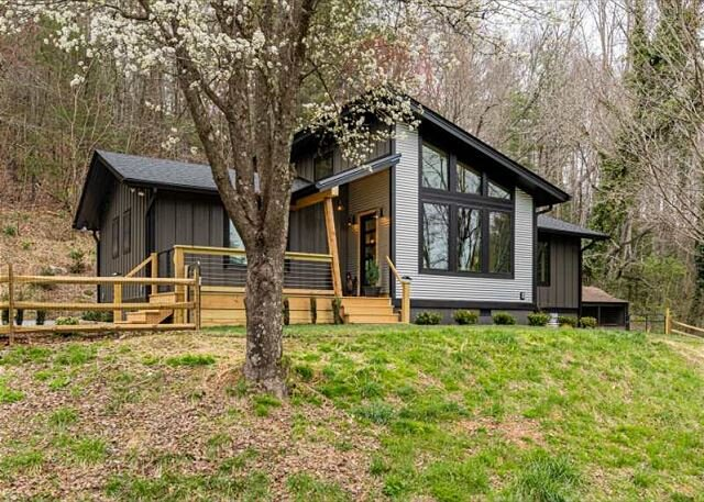 Falling Waters Cabin | Sleek & Stylish One Level Living & Gorgeous Waterfall!, holiday rental in Mills River