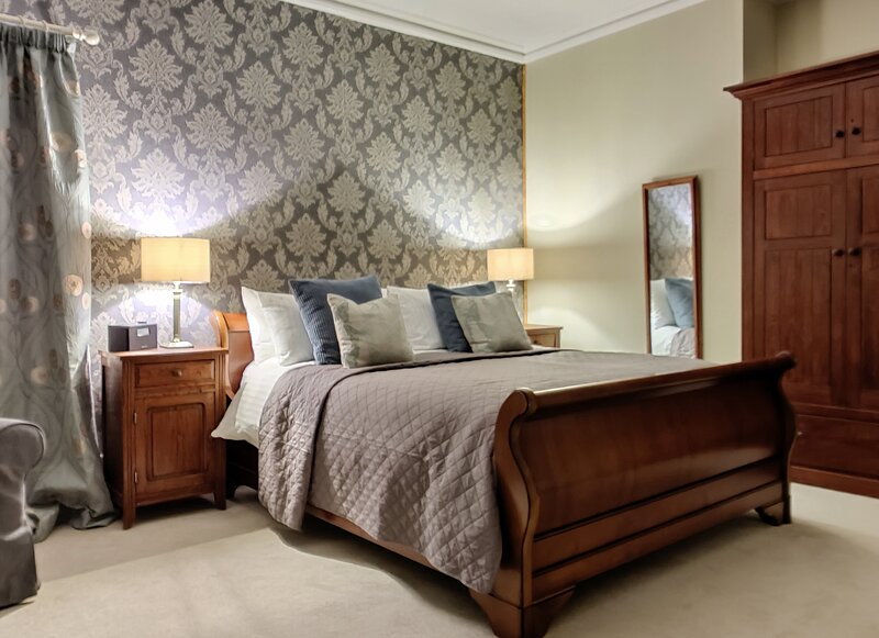 Danesbrook room within Bossington Hall Luxury Bed and Breakfast, alquiler vacacional en Holnicote