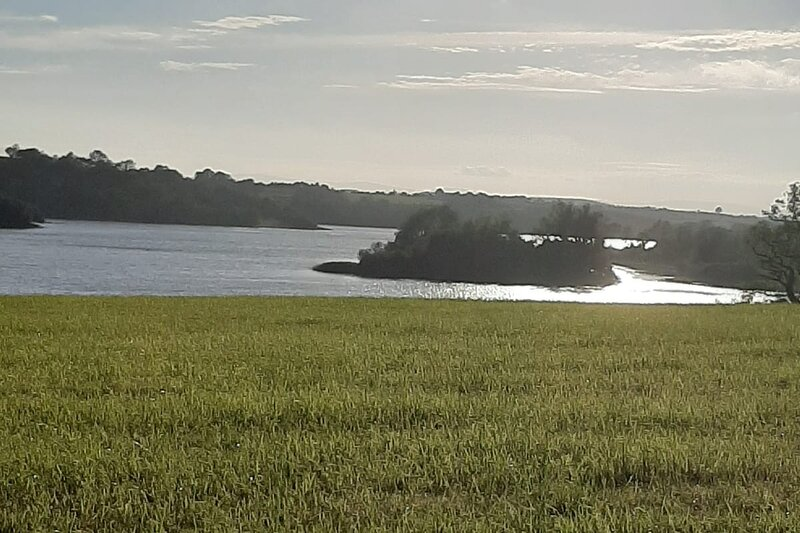 Lovely Innishmore Island Farmhouse, location de vacances à Cootehill