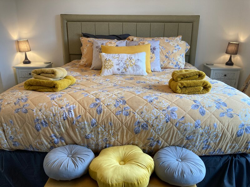 Pencraig | Rhos on Sea | Large Holiday Home | Sleeps 8, holiday rental in Rhos-on-Sea