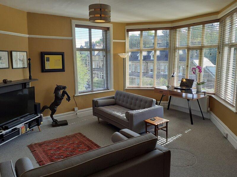 Spacious Renovated Flat - FANTASTIC WEEKLY RATES!, holiday rental in Huby