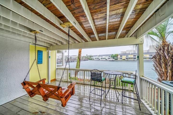 Pet Friendly! FREE Beach Chair Setup, 2 Decks On Lake, 3 Min Walk to Beach, GR8, vacation rental in Miramar Beach