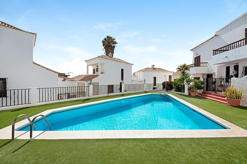Lovely 2-Bed House with terrace and Pool, Chayofa, holiday rental in Chayofa