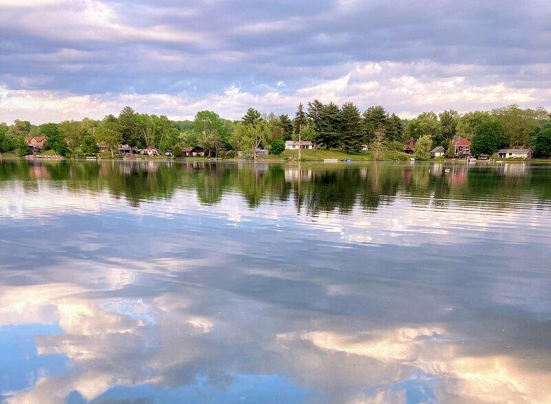 NEW LISTING: Sunrise Cottage on Hedges Lake, holiday rental in Shaftsbury