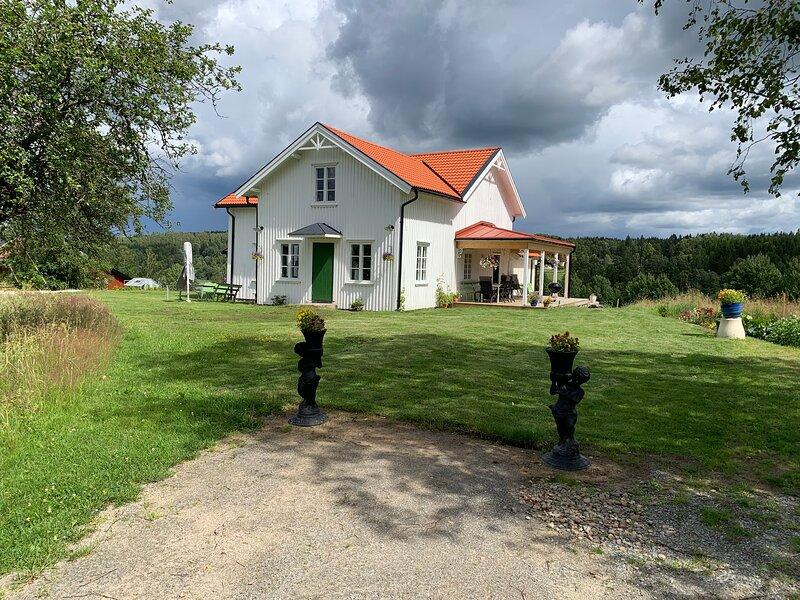 Rustic luxury lakeside house transformed chapel, alquiler vacacional en Varmland County