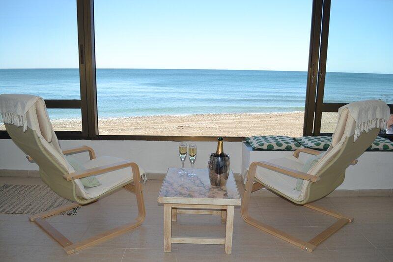 Fantastic 2 bed 2 bath beachfront apartment, vakantiewoning in Torrequebrada