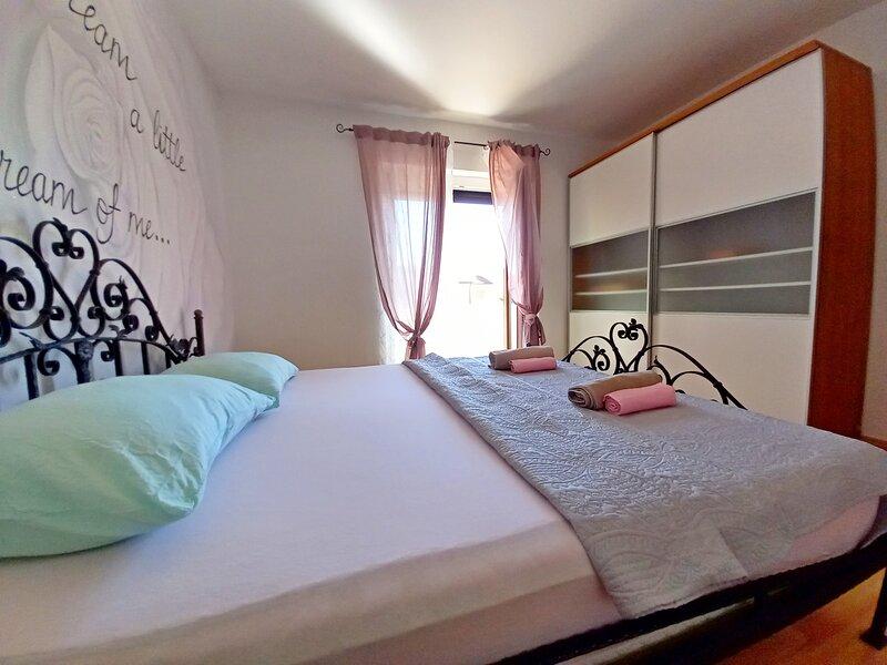 Spacious holiday apartment '3', 1 km from the beach, aluguéis de temporada em Valbandon