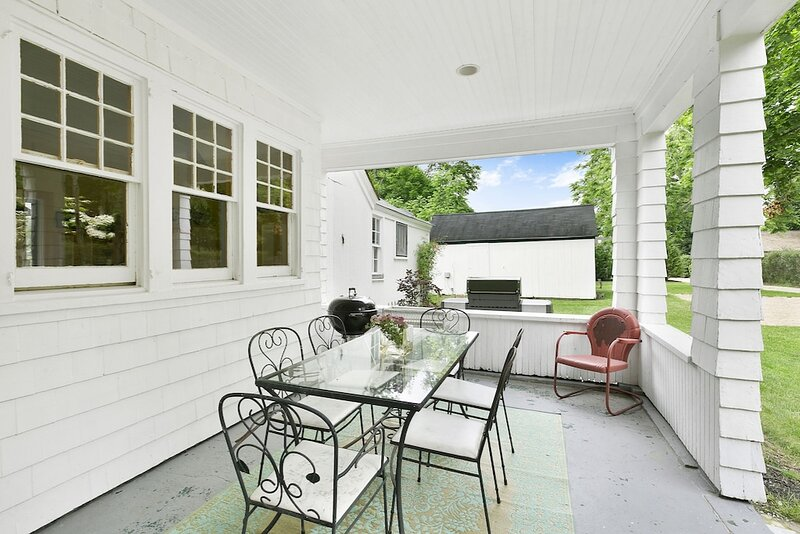 Lovely 5 Bedroom property, Outdoor Shower, Short Walk To Town Or Bay., holiday rental in East Quogue
