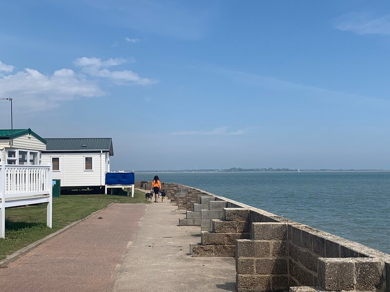 Lovely Poker Dot Stay Play Getaway Coopers Beach, holiday rental in West Mersea