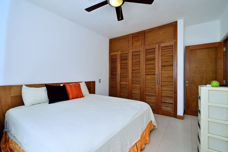1-bedroom condo steps from sandy beach, gated resort with pool/cable TV/Wi-Fi, holiday rental in Perla Marina