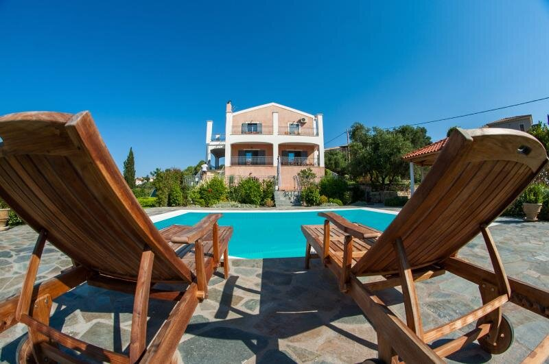 Amari Villa- Spacious 5 Bed Villa in Greece with Private Pool and Stunning Views, holiday rental in Spartia