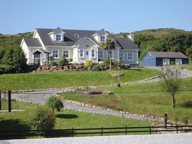 Highfield House, Clifden - Large family home within walking distance to Clifden, holiday rental in Maum
