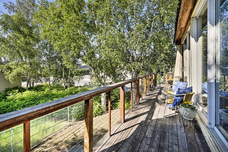 NEW! Eclectic Fairbanks Studio: Walk to Downtown!, holiday rental in North Pole