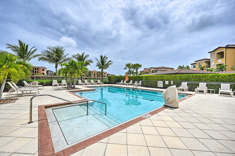 NEW! Charming Naples Condo, 9 Mi to Beach & Pier!, holiday rental in Keewaydin Island