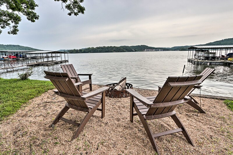 NEW! Contemporary Lakeside Haven w/ Dock & Hot Tub, holiday rental in Climax Springs