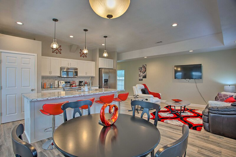 NEW! Modern Fort Worth Retreat ~ 5 Miles to Dtwn!, casa vacanza a Burleson